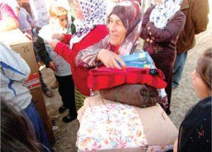 2012 | Syria - Woman receiving supplies